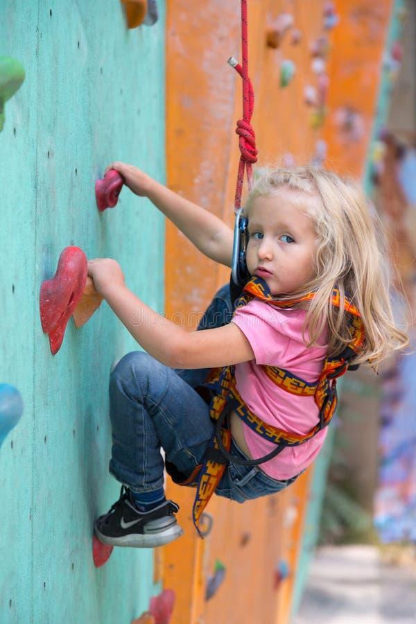 Zuigelingsmeisje die eerste stappen bij het beklimmen van muur maken royalty-vrije stock foto's