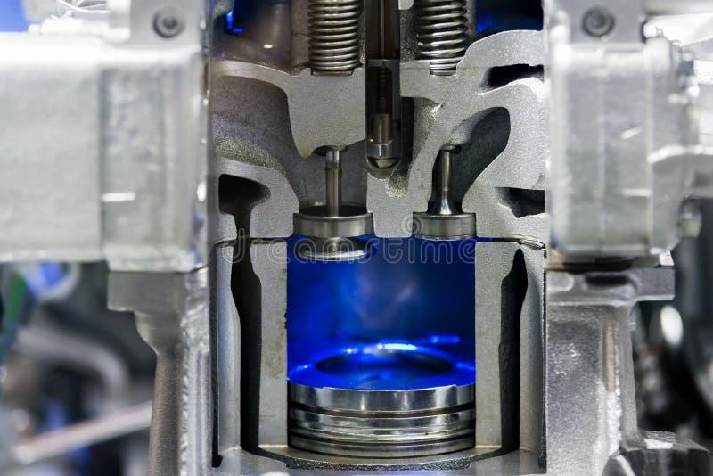 Zuigerdieselmotor bij dwarsdoorsnede in auto Sluit omhoog bij zuiger stock foto's