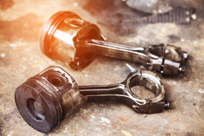 Zuigers die lange tijd zijn gebruikt en de slijtage en de scheur overschreden stock afbeelding