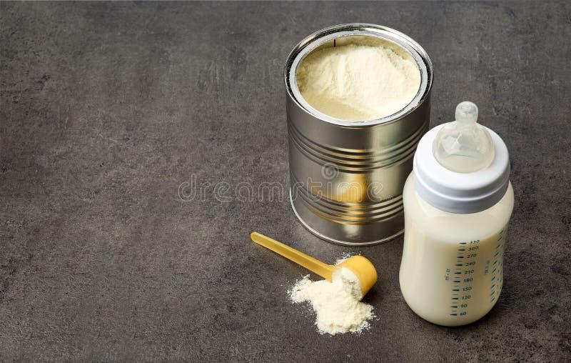 Zuigfles en melkpoeder stock fotografie