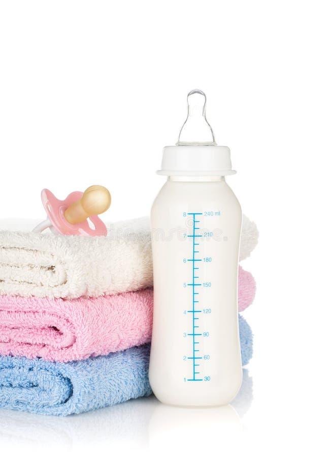 Zuigfles, fopspeen en handdoeken stock fotografie