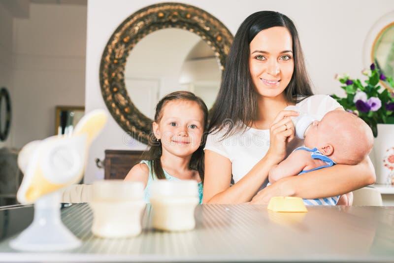 Zuigfles met melk en handborstpomp stock fotografie
