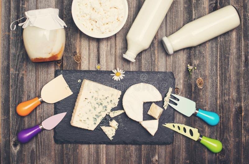 Zuivelproducten op rustieke houten lijst Zure room, melk, kaas, royalty-vrije stock fotografie