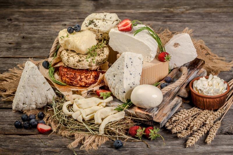 Zuivelproducten - smakelijke gezonde zuivelproducten op een lijst op: zure room, kwarkkom, room Zuivelproducten Smakelijke Gezond royalty-vrije stock foto