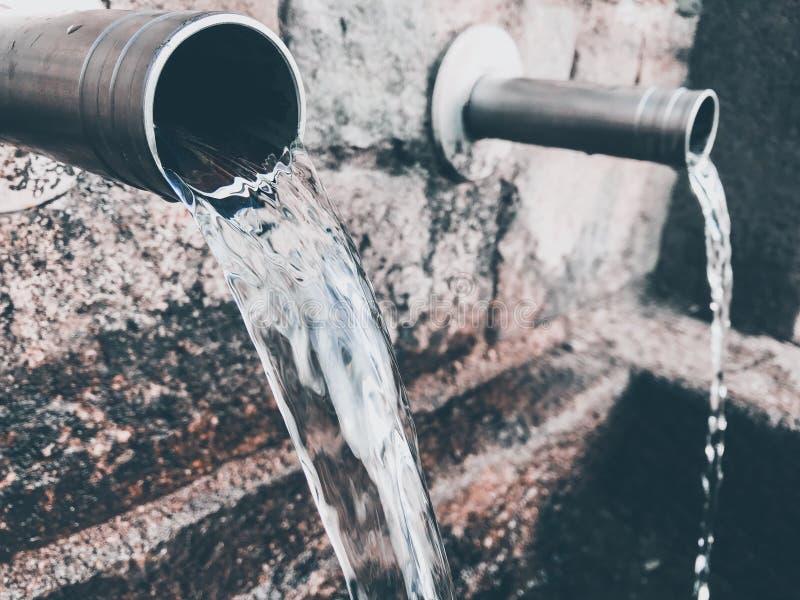Zuiver bergbronwater Het water geeft het leven royalty-vrije stock afbeeldingen