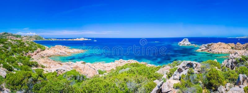 Zuiver duidelijk azuurblauw zeewater en verbazende rotsen op kust van het eiland van Maddalena, Sardinige, Italië royalty-vrije stock fotografie