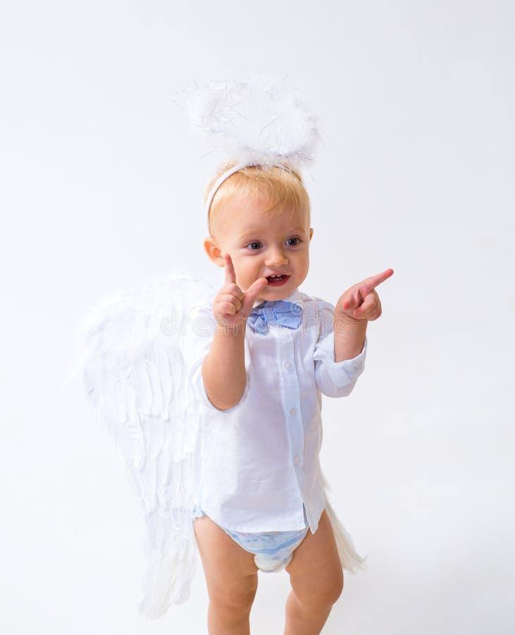 Zuiver en onschuldig Handen die glazen champagne en wijn het maken houden een toost De Engel van de baby Aanbiddelijk weinig enge royalty-vrije stock fotografie