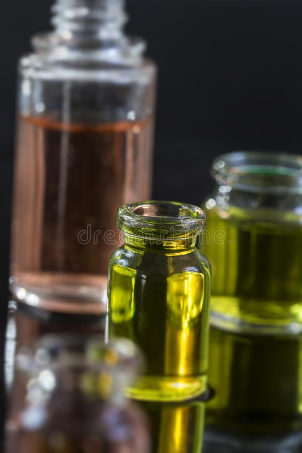 Zuivere organische die aromaetherische olie in glasfles bij de zwarte achtergrondschoonheidsbehandeling wordt geïsoleerd royalty-vrije stock foto