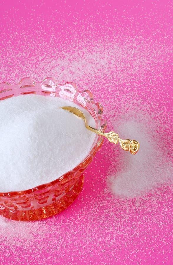 Zuivere Rietsuiker in een Uitstekende Kom van het Kristal met een Gouden Suiker Spoo royalty-vrije stock fotografie