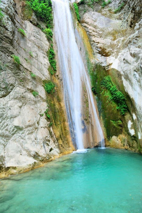Zuivere schone waterval met een kleine pool royalty-vrije stock afbeeldingen