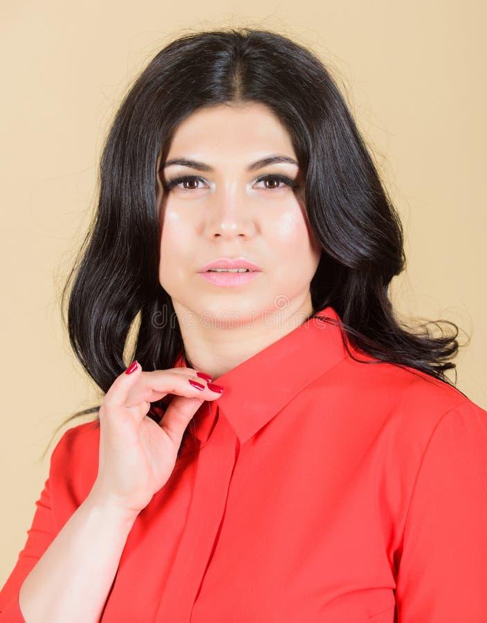 Zuivere schoonheid Mooie vrouw met donkerbruin haar Make-up en schoonheidsmiddelen skincare van vrouw Sexy en modieus ben Vrouw stock foto's