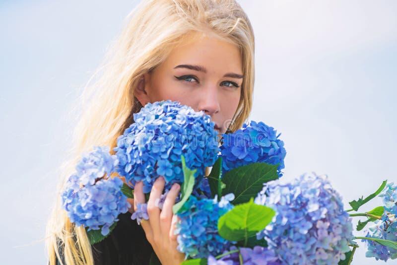 Zuivere schoonheid Tederheid van jonge huid De lentebloei Van de de greephydrangea hortensia van het meisjes teder blonde de bloe stock foto's