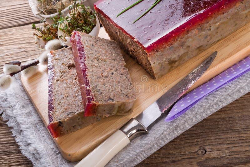 Zuivert pastei met paddestoelen en wilde Amerikaanse veenbessen stock afbeeldingen