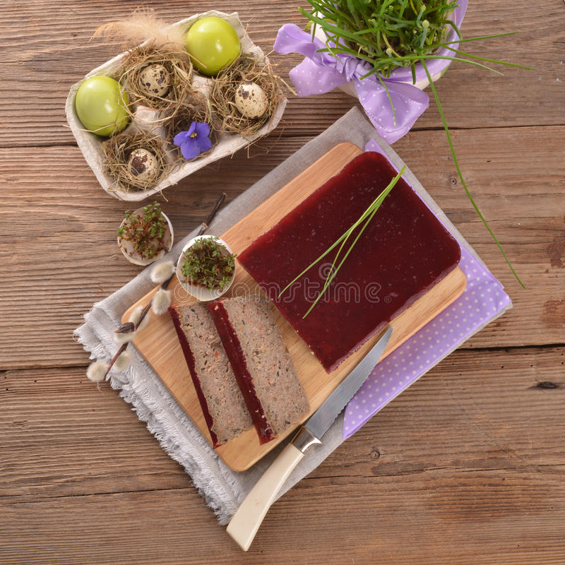 Zuivert pastei met paddestoelen en wilde Amerikaanse veenbessen stock afbeelding