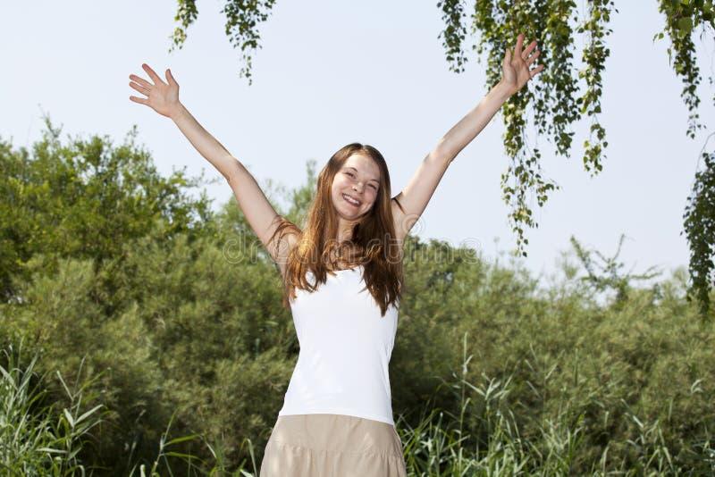 Zujubelnde schöne junge Frau lizenzfreie stockfotos