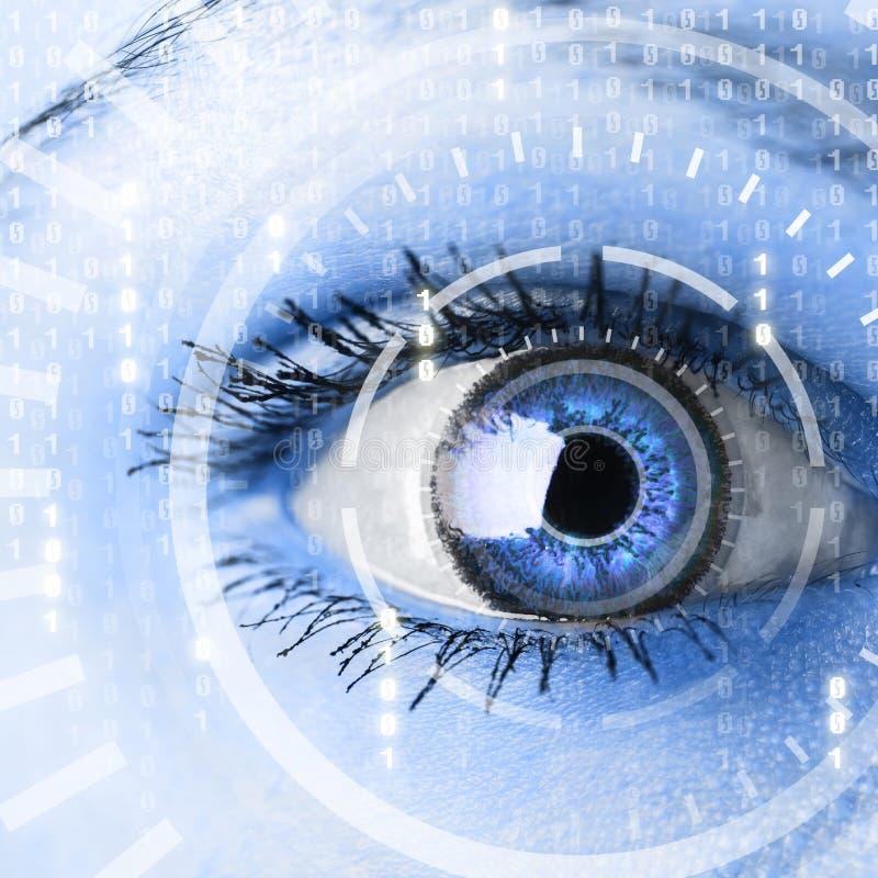 Zukünftige Frau mit Cybertechnologie-Augenplatte lizenzfreie stockbilder