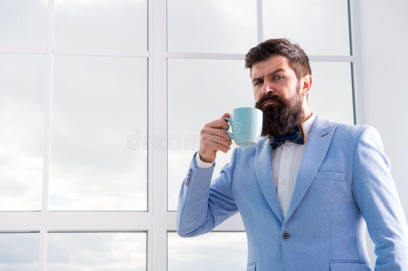 Zukünftige Gelegenheiten ernster bärtiger Manngetränkkaffee Geschäftsmann in der formalen Ausstattung Moderne Lebensdauer Überzeu stockfotografie