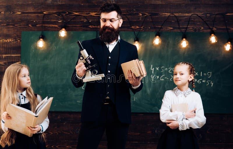 Zukünftige Wissenschaftlerschullektion mit zukünftigen Wissenschaftlermädchen des Lehrers und des kleinen zukünftigen Wissenschaf stockbilder