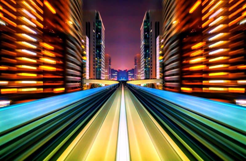 Zukünftiges Fahrzeug der Bewegungsunschärfe, das in Stadtstraße oder -schiene sich bewegt lizenzfreies stockfoto