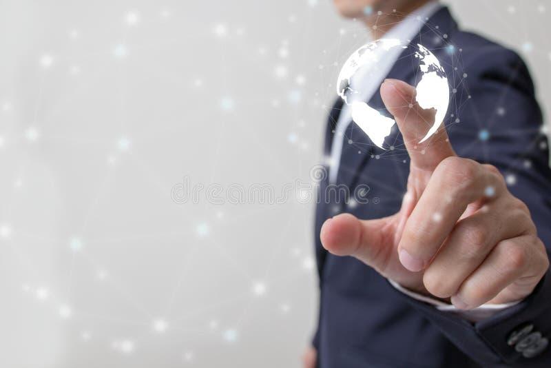 Zukunft des Finanzgeschäftskonzeptes, Geschäftsmann, der zunehmendes Diagramm mit Finanzsymbolen berührt stockbilder