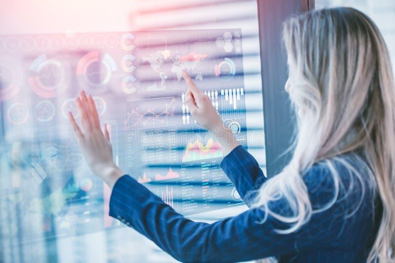 Zukunft des Gesch?fts-Konzeptes, Bild der Gesch?ftsfrau Hologrammschirmmischungsmedieninformationsdiagramm?berlagerungs-Stadthint lizenzfreies stockbild