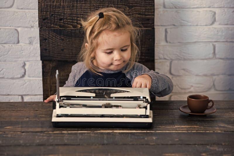 Zukunft von Copywriting Kind oder kleiner Junge oder Geschäftsmannkind mit Schreibmaschine stockbild