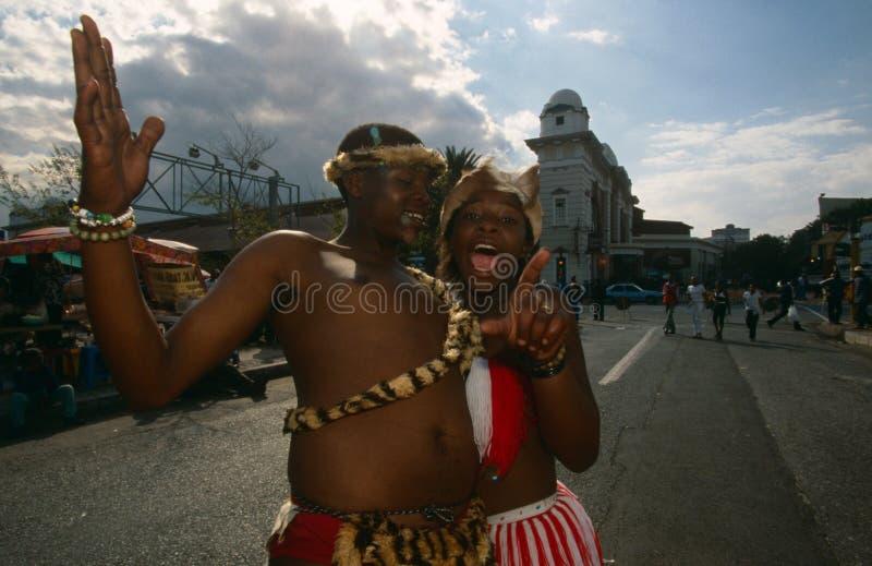 Zulú que se realiza en las calles de Johannesburg imagen de archivo libre de regalías