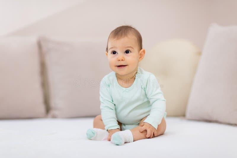 Zulk een gelukkige kleine babymeisje stock foto's