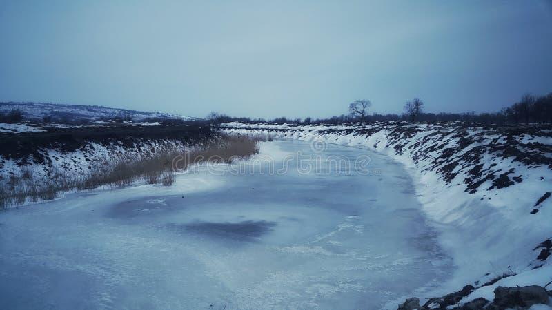 Zulk een strenge vorst die de rivier aan de zeer bodem bevroor Maart-de vorst is zeer sterk stock foto