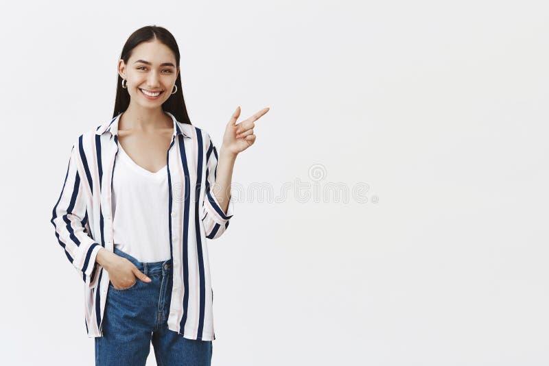 Zullen wij die plaats bezoeken Portret van vriendschappelijke knappe en modieuze vrouwelijke medewerker in gestreepte blouse en j royalty-vrije stock foto