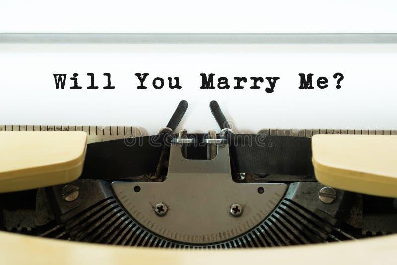 Zult u me woord op een gele uitstekende schrijfmachine huwen Het concept van de Dag van valentijnskaarten Huwelijk en huwelijksvo stock foto's