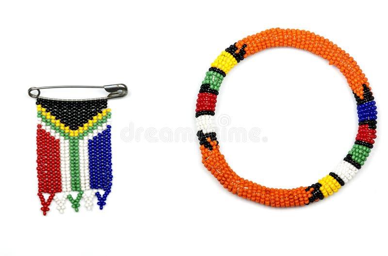 Zulu Beads Threaded em uma fita e em um sul - bandeira africana imagens de stock royalty free