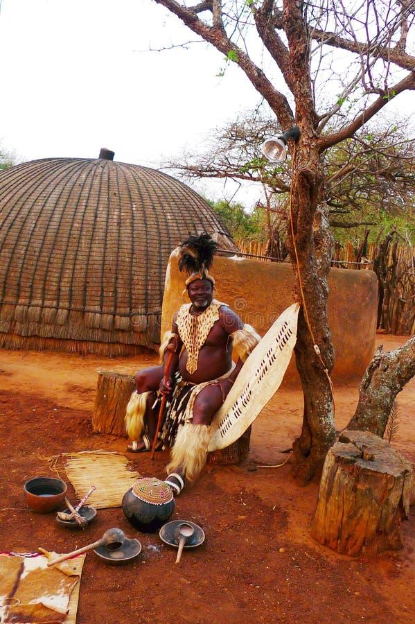 Zulu Chief in Shakaland Zulu Village, Südafrika lizenzfreies stockfoto