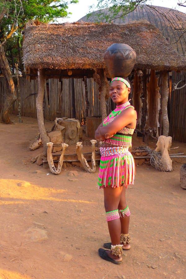 Zulu- Frauen in traditionellem schließt in Shakaland Zulu Village, Südafrika stockfotografie
