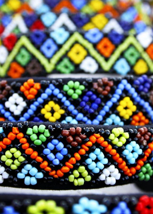 Zulu- Perlen werden traditionsgemäß getragen, häufig benutzt als Symbole oder Liebesbriefe lizenzfreie stockfotografie