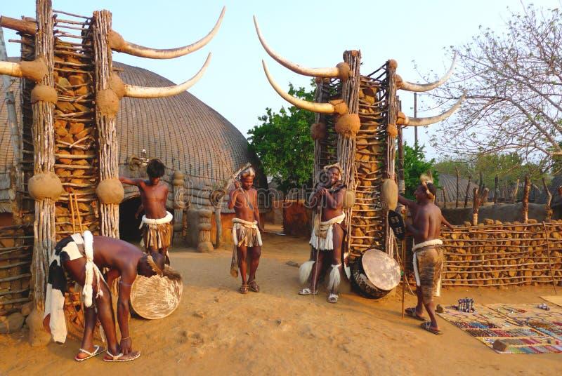 Zuluworriers i den Shakaland Zulubyn, Sydafrika fotografering för bildbyråer