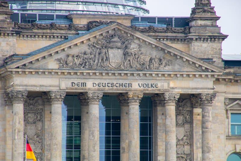 ` zum deutschen Leute ` - berühmtes Gebäude des deutschen Parlaments in Berlin stockbilder