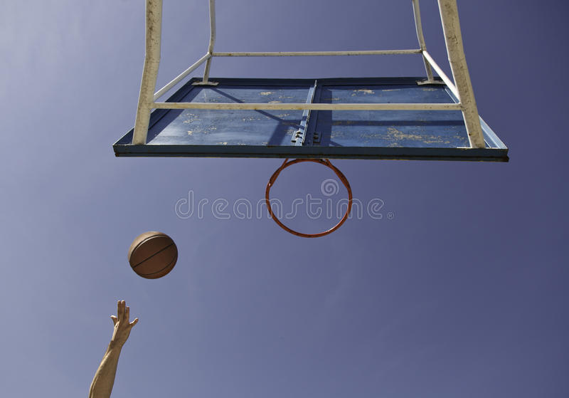 Zum Korb ziehen, Basketball lizenzfreie stockfotografie