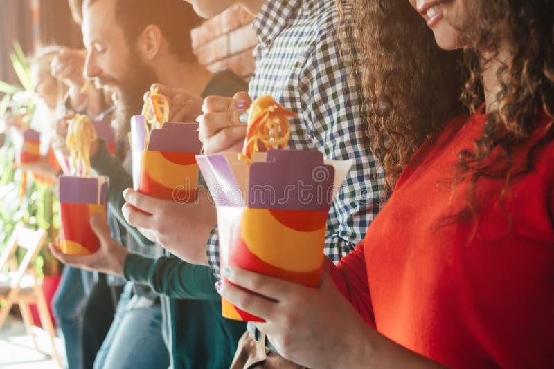 Zum Mitnehmen Nahrung Millennials-Essgewohnheit ungesund lizenzfreie stockfotos