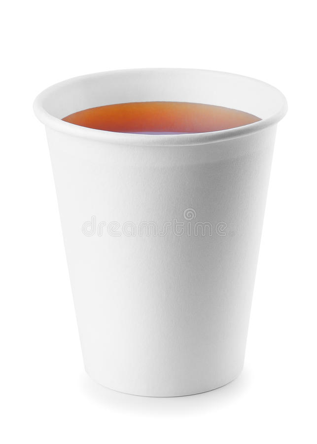 Zum Mitnehmen Teetasse mit dem schwarzen Tee lokalisiert auf einem Weiß lizenzfreies stockbild