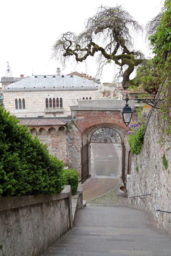 Zum Schloss von Udine, Italien stockbild