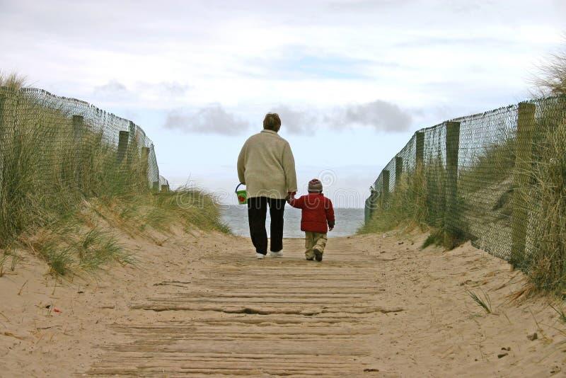 Zum Strand mit Großmutter lizenzfreie stockfotos