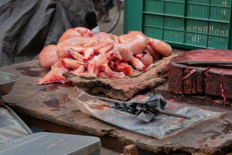 zum Verkauf angebotenes Hühnchen, Kalkutta, Indien lizenzfreie stockfotos