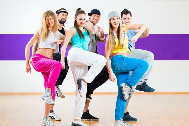 Zumba健身训练的舞蹈家在舞蹈演播室 免版税库存图片