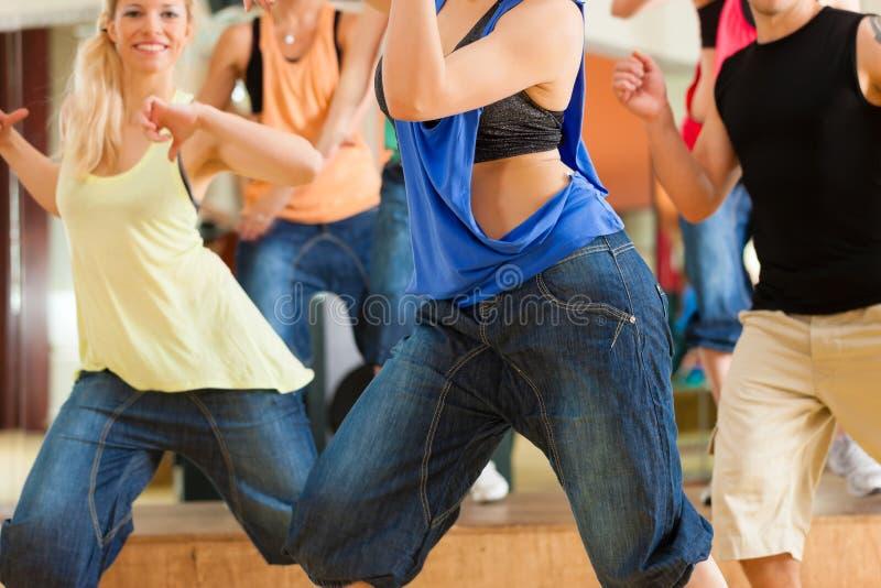 Zumba或Jazzdance -人跳舞在工作室 免版税库存图片