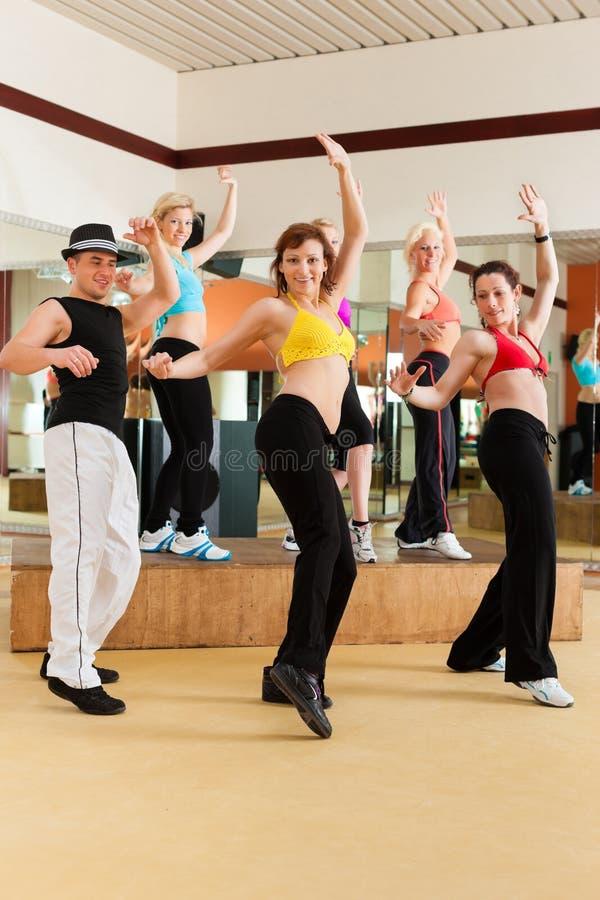 Zumba eller Jazzdance - folkdans i studio arkivfoto