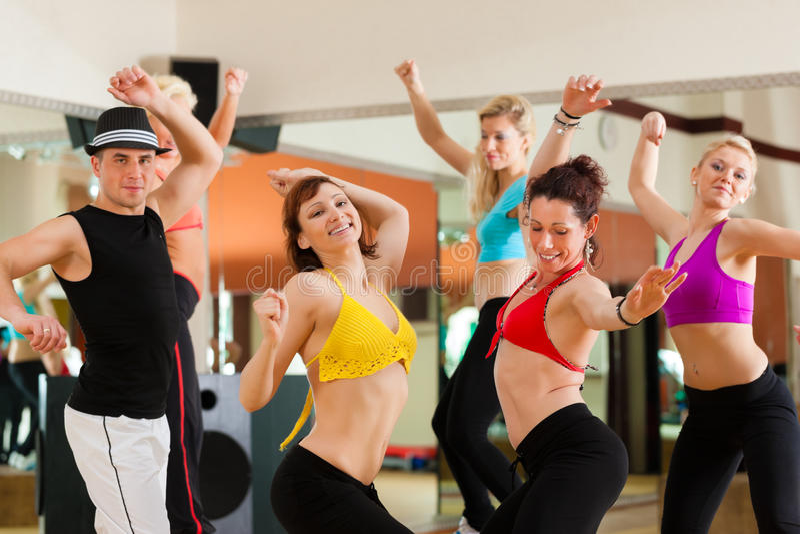Zumba ou Jazzdance - dança dos jovens imagem de stock royalty free