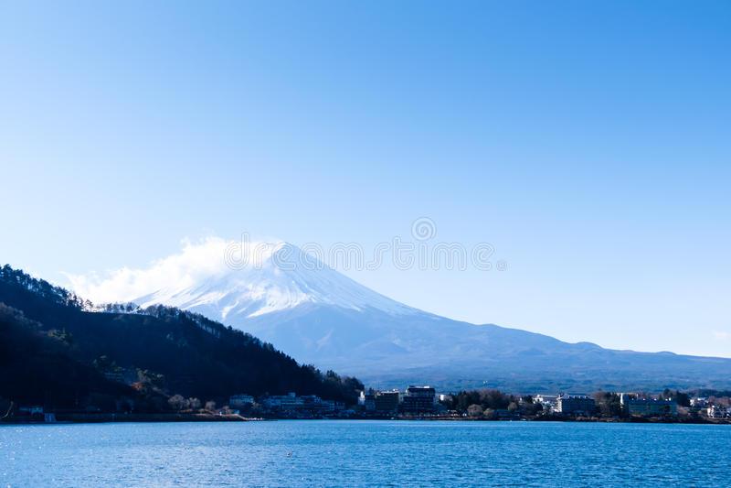 Zumbe o lago Kawaguchiko da cidade da montanha Fujisan do mar do inverno fotografia de stock