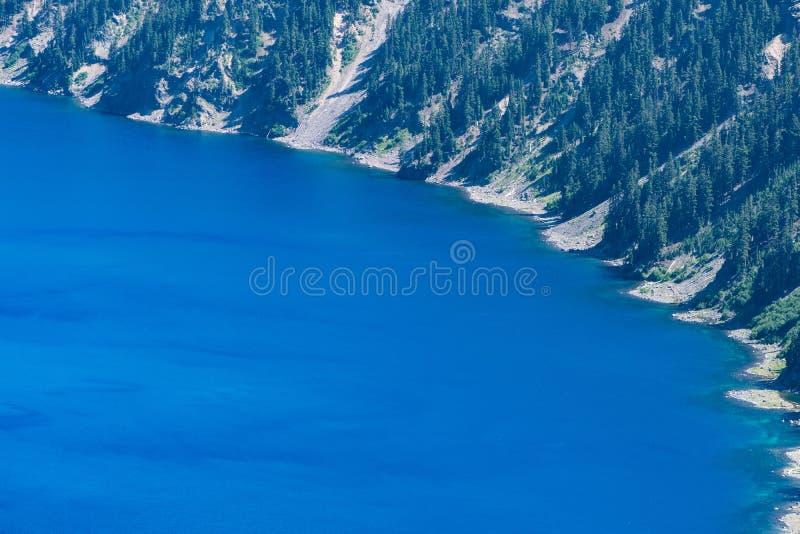 Zumbido em virtude do parque nacional do lago crater, com espaço negativo imagens de stock