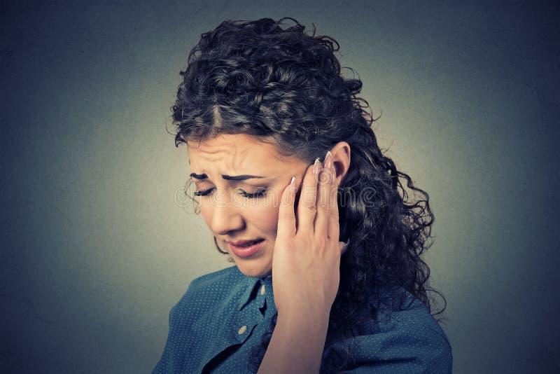 zumbido Femenino enfermo del primer teniendo cabeza dolorosa conmovedora del dolor de oído foto de archivo libre de regalías